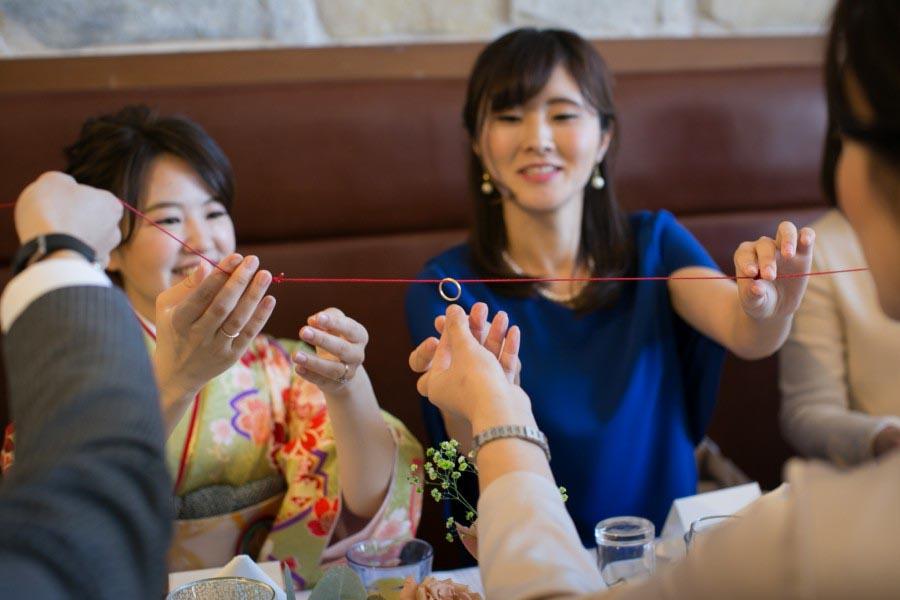 ゲストひとり一人が結んだ赤い糸でリングリレー